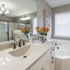 Najboljše čistilo za kopalnico [Čiščenje doma brez kemičnih dodatkov]